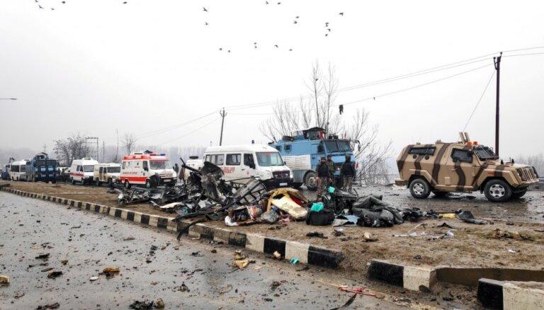 Sprādzienā Kašmirā gājuši bojā vismaz 33 policisti