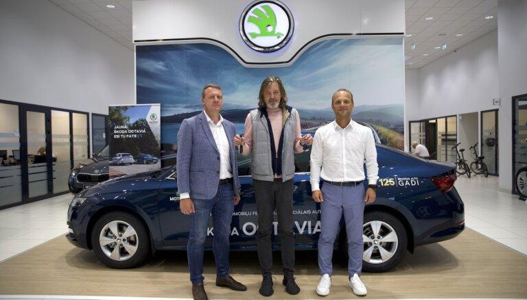 Video: LAF saņēmis divus jaunus 'Škoda' automobiļus