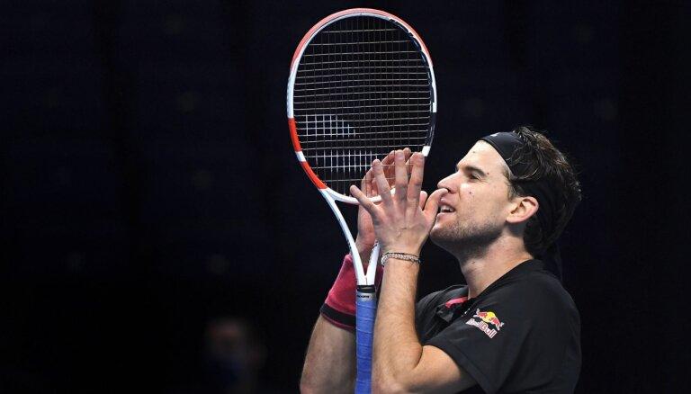 Tīms ATP finālturnīrā trīs setos uzvar Džokoviču un finālā tiksies ar Medvedevu