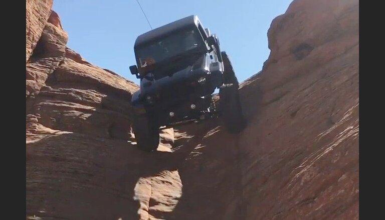 Video: Džips nobrauc pa praktiski vertikālu smilšakmens klinti