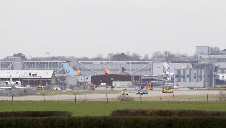 Dronu paralizētajā Londonas Getvikas lidostā izvietoti snaiperi un armijas eksperti