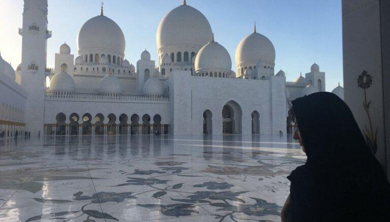 Latviete, kas strādā par stjuarti Arābu Emirātos: dzīvoju vienreiz, gribu visu izbaudīt