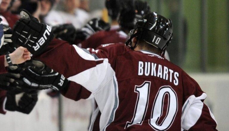 Rihards Bukarts un Berlīnes 'Eisbaren' ar uzvaru iesāk Vācijas hokeja čempionāta finālsēriju
