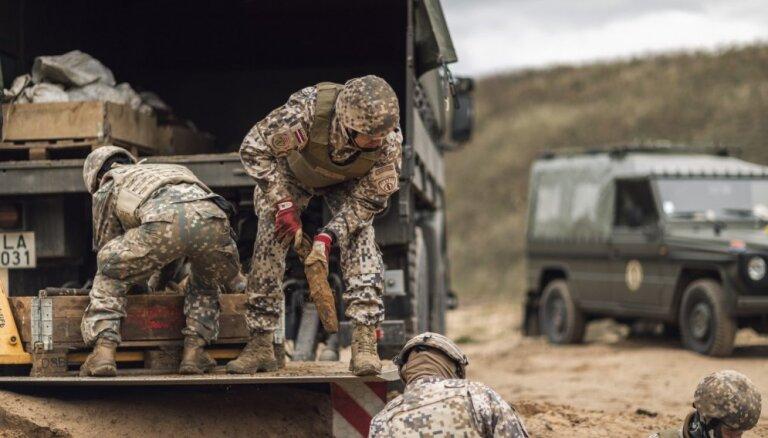 Foto: Militārajās mācībās atrod lielu daudzumu sprādzienbīstamu priekšmetu