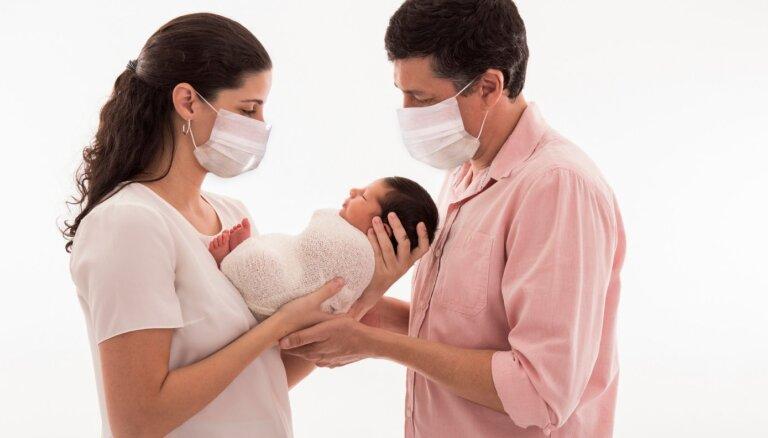 Если носить маску, ухаживая за младенцем, помешает ли это его развитию?