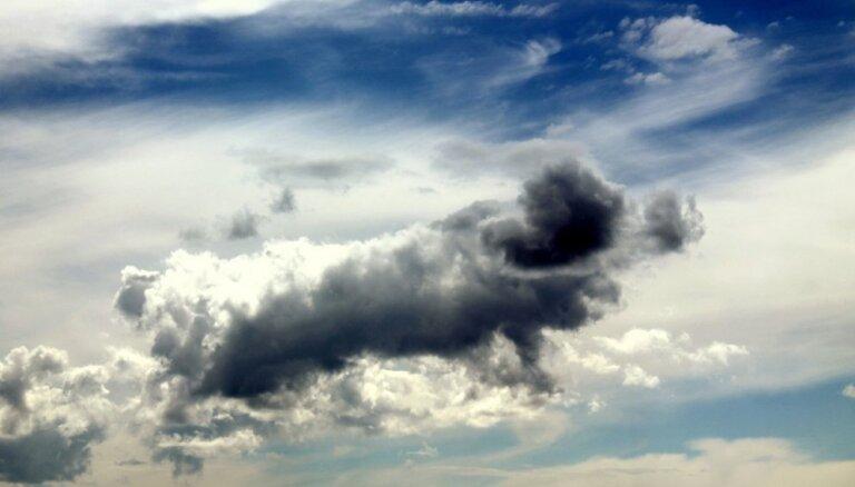 Ceturtdien debesīs virs Latvijas saule mīsies ar mākoņiem