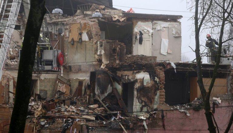 Mājas sprādziens Melnsila ielā: pierādījumus vāc no pacēlāja, bīstamās daļas demontēs