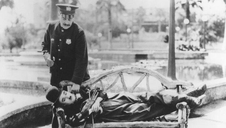 Vēsturiski foto: Slavenākajam pasaules klaidonim Čārlijam Čaplinam – 130