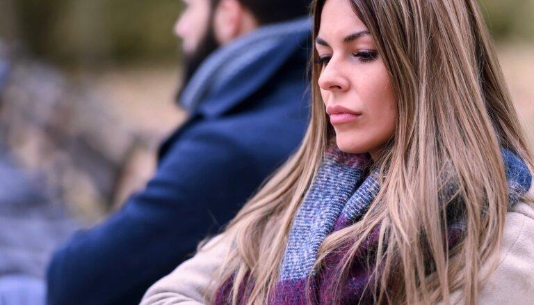 Gultā ar svešinieku: kāpēc attiecībās iezogas atsvešinātība un strīdi