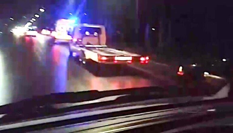 Video: Automašīnai uzbraucot stabam Jūrmalā, cieš trīs cilvēki
