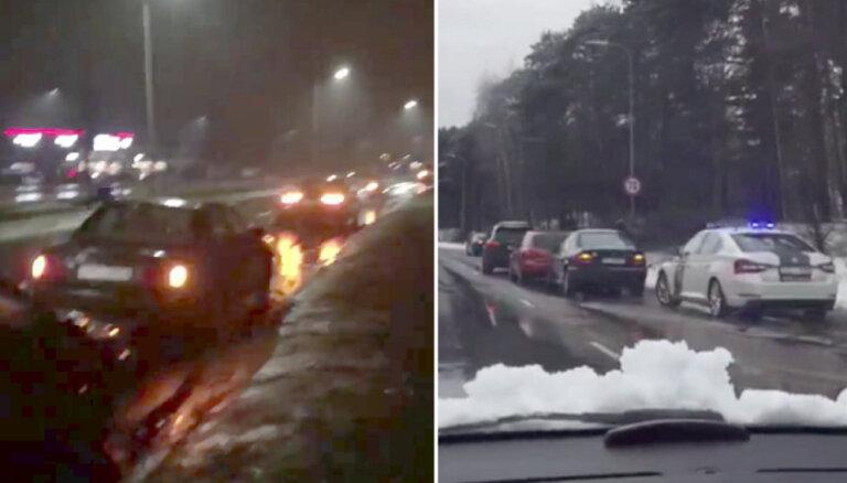 Video: Ar bedrē pārsistām riepām Mīlgrāvī ielas malā stāv ap 10 auto