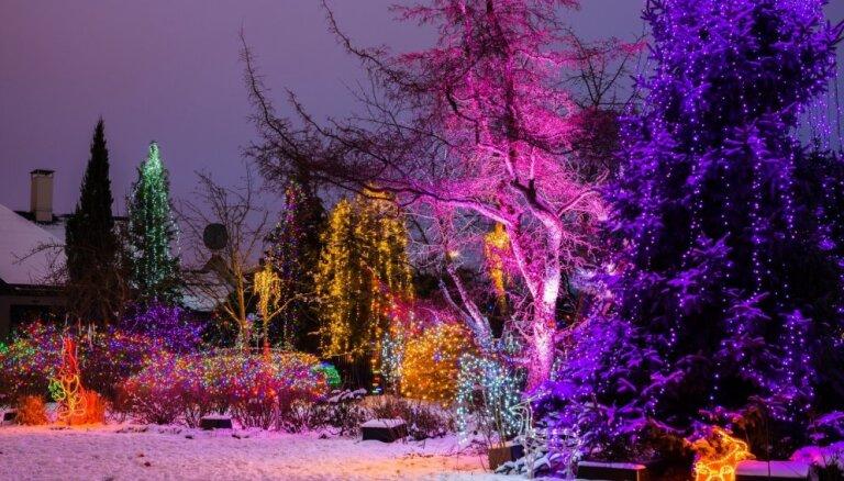 Foto: Aptuveni 30 tūkstoši lampiņu – pasaku valstība kādā Pārdaugavas privātnamā