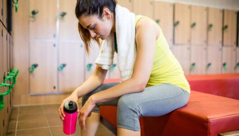Чем опасны проводные наушники в спортзале и можно ли тренироваться, если болит спина