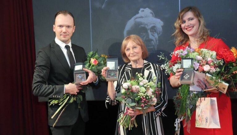 Foto: Smiļģa muzejā pasniegtas Teātra dienas izcilības balvas