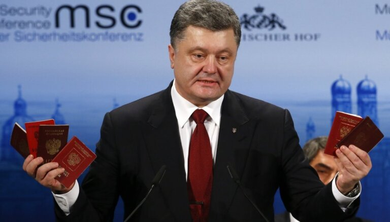 """Порошенко показал в Мюнхене паспорта """"российских военных"""""""