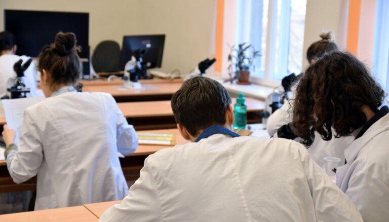 Jaunuzņemto studentu skaits Latvijas augstskolās turpina sarukt