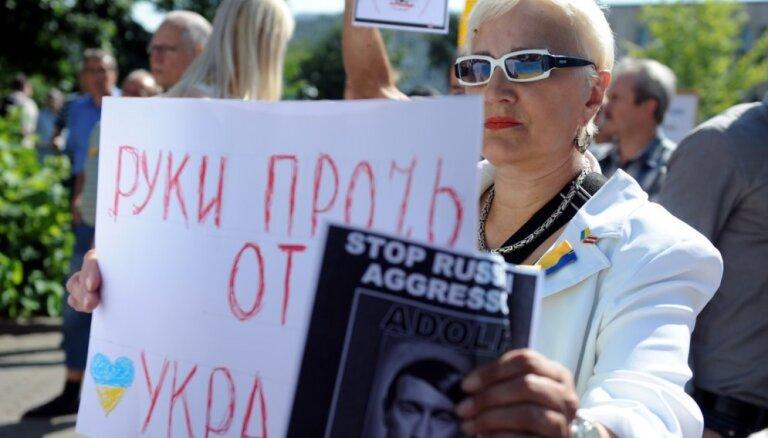 Возле посольства РФ в Риге — митинг в поддержку Украины (+фото)