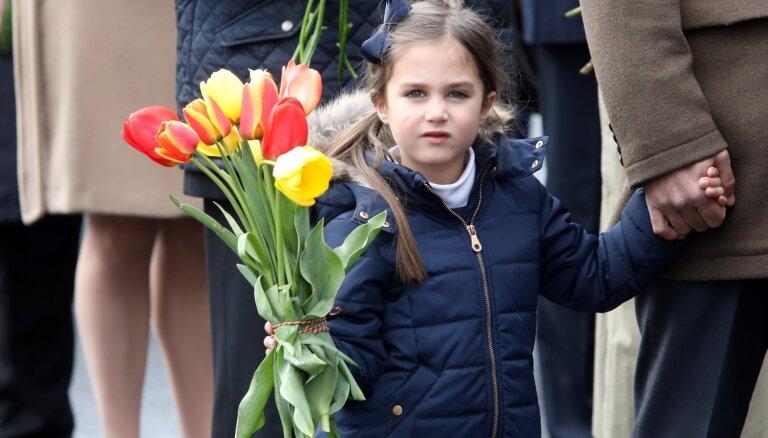 Foto: Ziedu nolikšanu pie Brīvības pieminekļa vēro simtiem cilvēku