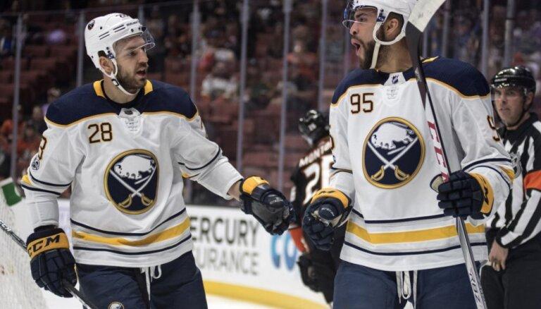 Girgensona pārstāvētā 'Sabres' NHL mačā zaudē 'Capitals' komandai