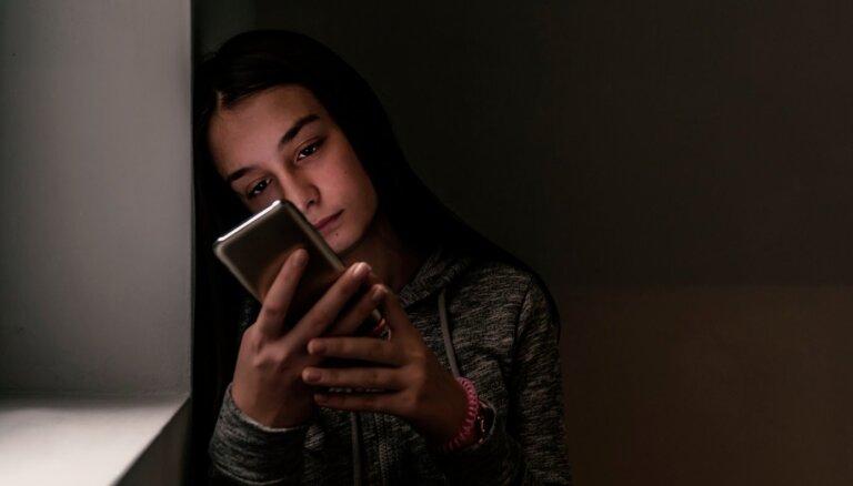 Pirmspubertātes vecuma bērniem tīmeklī biežāk seksuāli uzmācas pieauguši vīrieši: mudina būt modriem