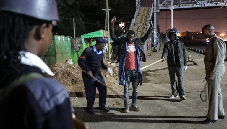 Covid-19: Arī Kenijā ārkārtas stāvokļa pārkāpēju trenkāšanai izmanto sišanu