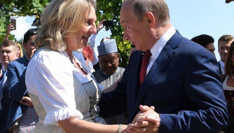 Австрийский министр объяснила поклон Путину на собственной свадьбе