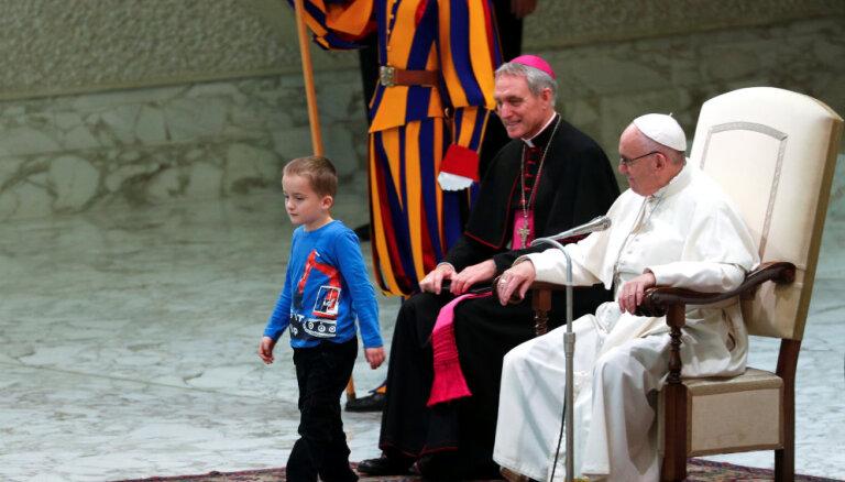 ВИДЕО: Мальчик прервал аудиенцию в Ватикане. Папа Франциск не растерялся