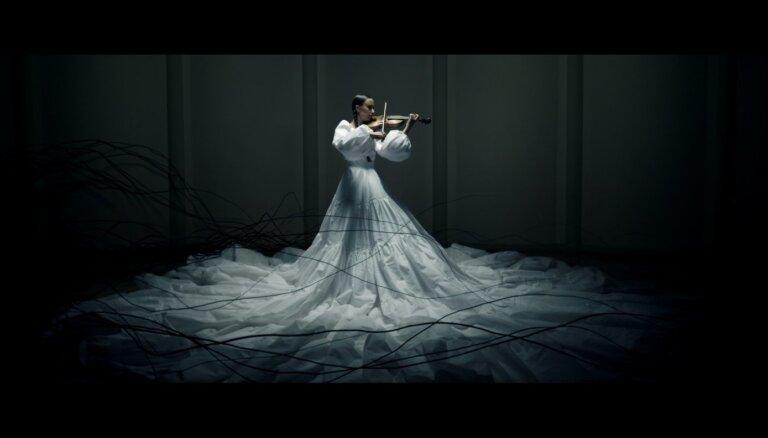 Noskaties! Vijolniece Kristīne Balanas publicējusi videoklipu gotiskās noskaņās