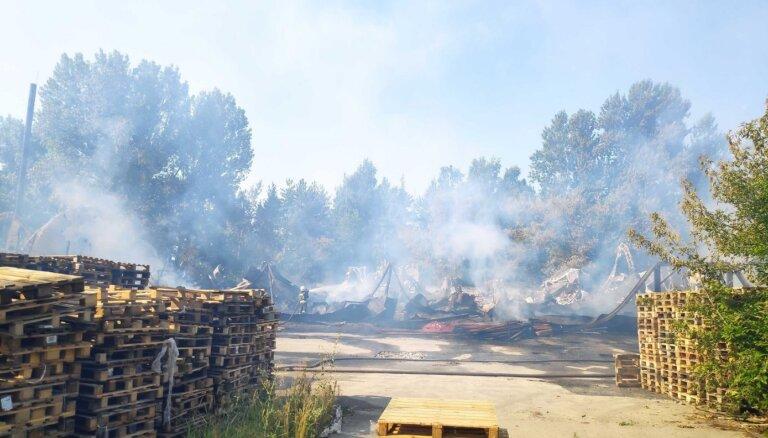 На ул. Маскавас в Риге загорелся ангар, пожар локализован