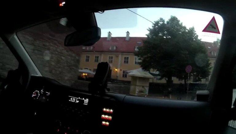 Piedzēries motociklists Vecrīgā bēg no policijas