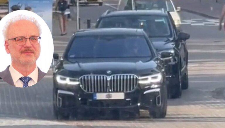 Президент Латвии Эгил Левитс пересел из серебряного Lexus в черный BMW