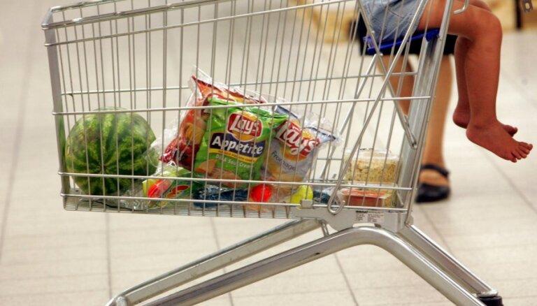 Жители Латвии по-прежнему экономят на продуктах питания