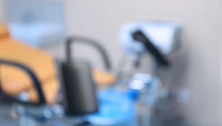 Daugavpils slimnīca vērtē ārstes lēmumu neuzņemt saslimušu grūtnieci