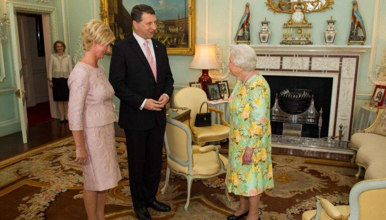Foto: Ivetas Vējones stils vizītē pie Anglijas karalienes