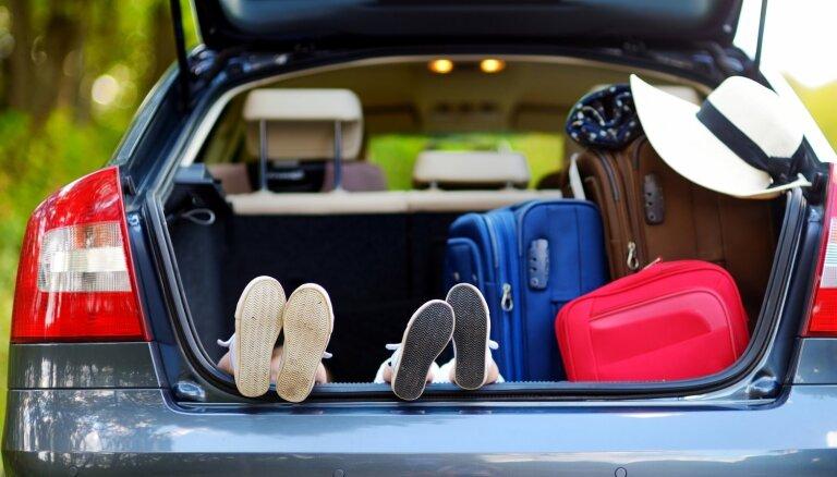 Kas noteikti jāņem līdzi, ceļojot ar bērniem auto? Iesaka mamma