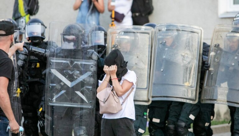 Напряжение в Вильнюсе растет: протестующие оцепили Сейм, полиция применила слезоточивый газ, ранен полицейский
