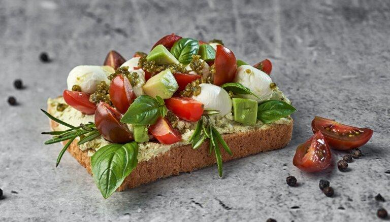Auzu ierauga tostermaize ar avokado–tomātu salātiem un mocarellu