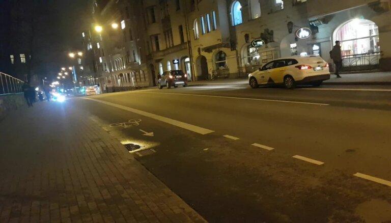 ВИДЕО: Машины стоят на велодорожке, а полиция спокойно проезжает мимо