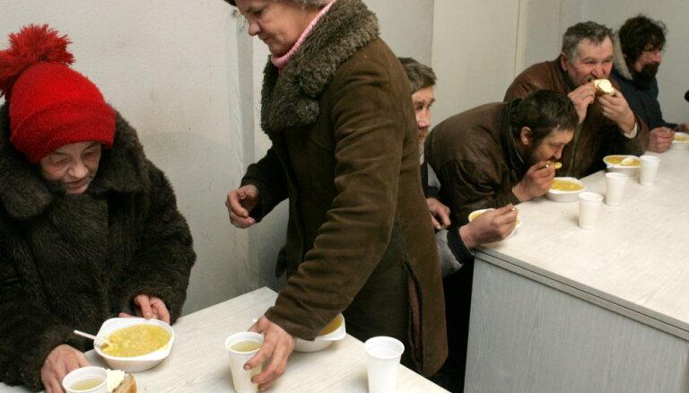 'Covid-19': Rīgā zupas virtuves turpina darbu, patversmē – karantīna