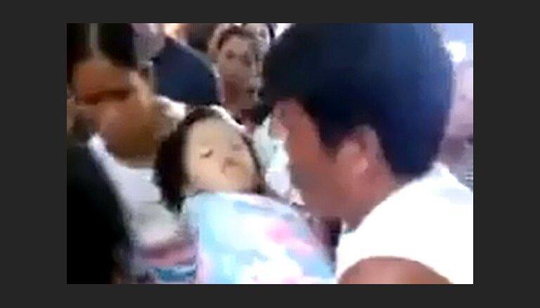 Filipīnās maza meitene pamostas pašas bērēs