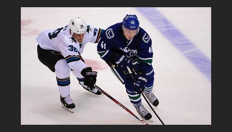 ВИДЕО: Кениньш во втором матче открыл счет голам в НХЛ