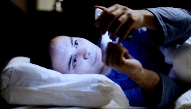 Ученые: синий свет от смартфона и монитора ускоряет старение