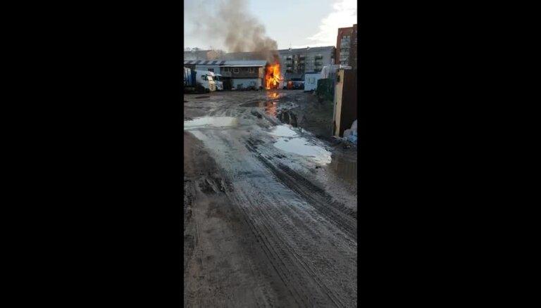 Slokas ielā izcēlies ugunsgrēks