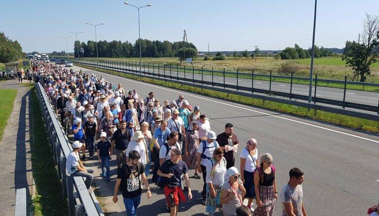 ФОТО, ВИДЕО: Сотни православных отправились в крестный ход из Риги в Елгаву
