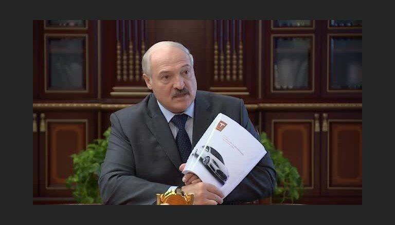 Video: Lukašenko slavē 'Tesla' un liek baltkrievu inženieriem izgatavot ko līdzīgu