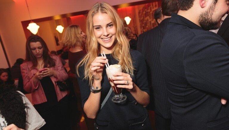 Foto: Znaroka meita stilīgā ballītē jauc kokteiļus