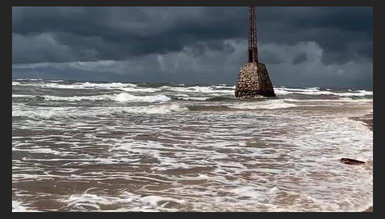 Video: Ķurmraga bāku ieskauj vētra
