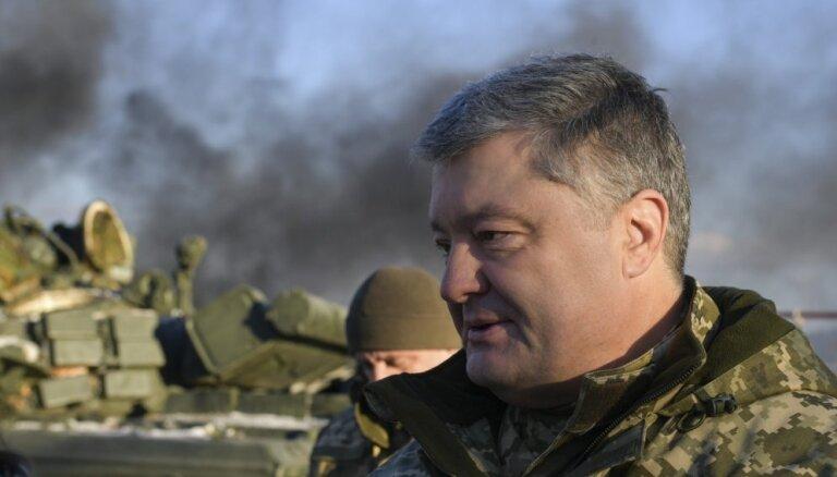 Porošenko: Krievija jebkurā brīdī var sākt sauszemes operāciju pret Ukrainu