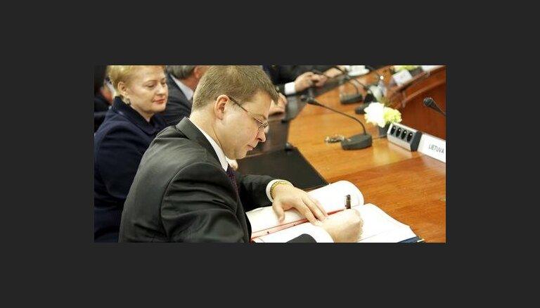 ES dalībvalstu līderi paraksta 'fiskālās disciplīnas līgumu'