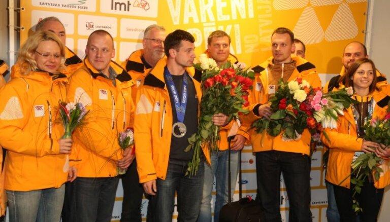 """ФОТО: Латвия овациями встретила """"королей скелетона"""" Дукурсов"""